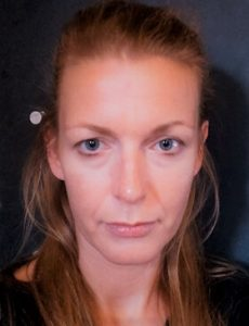 Varga Gabriella – Szőkésbarna, hosszú hajú nő, arckép.