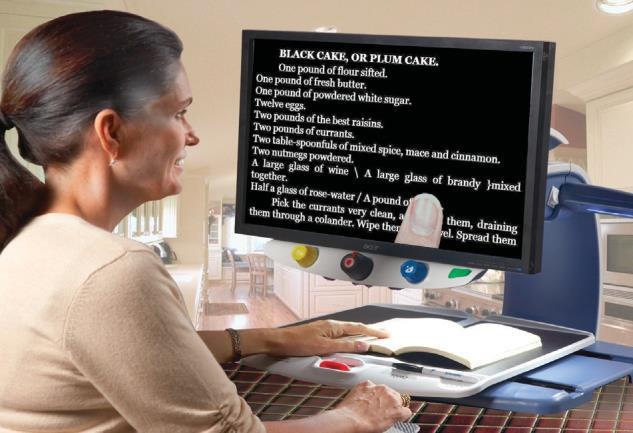 egy hölgy ül az olvasó TV előtt és olvas